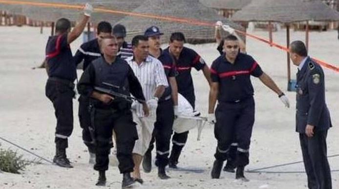 Strage di turisti a Sousse, in Tunisia, dove almeno due   attentatori hanno fatto irruzione in due resort, l'Hotel Riu   Imperial Marhaba e il Port el Kantaoui, sparando all'impazzata e uccidendo decine di persone. Uno dei due terroristi, che ha aperto il fuoco armato di   kalashnikov, è stato ucciso dalla polizia in uno scontro a fuoco   mentre l'altro è stato arrestato poco dopo. Secondo alcuni   testimoni oculari, i due avrebbero raggiunto la spiaggia (dove è avvenuto l'assalto) via mare, a bordo di un gommone.