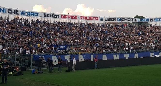 Atalanta, stadio pieno per il ritiro:che entusiasmo<br />
