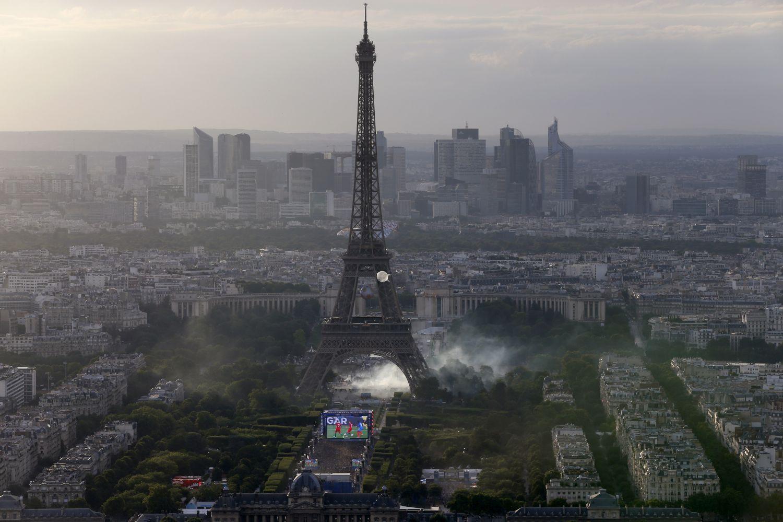 Euro 2016, tafferugli sotto la Tour Eiffel