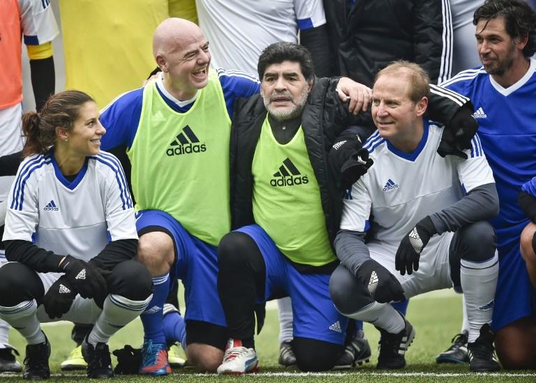 Maradona in campo a Zurigo con Infantino