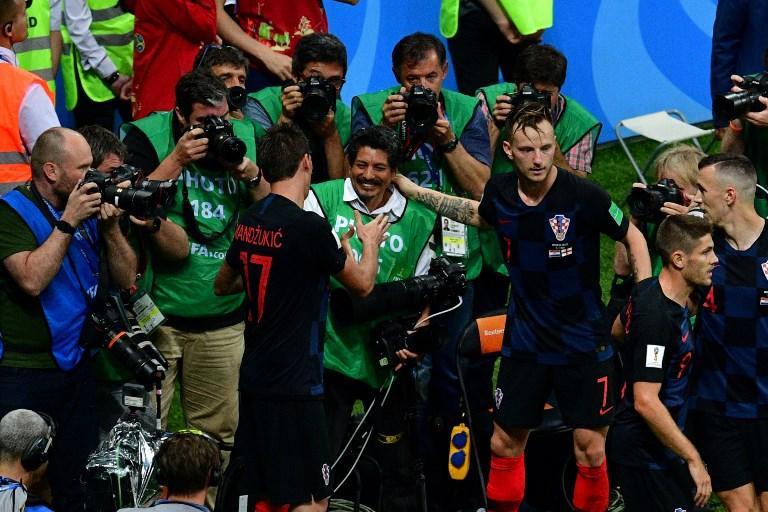 Mandzukic dà la mano al fotografo dopo averlo aiutato a rialzarsi (11 luglio)