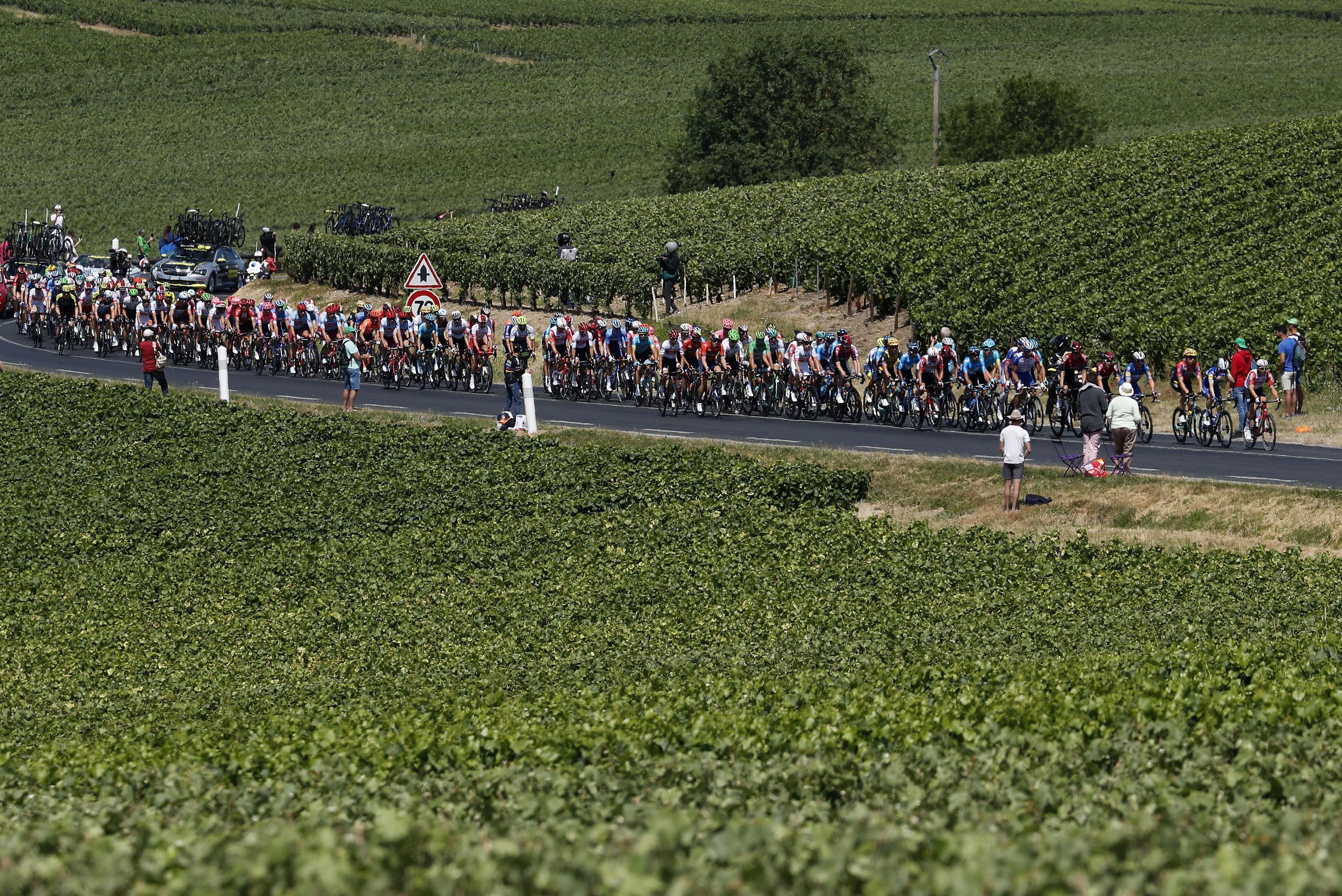Il ciclista veronese ottiene la sua prima vittoria in carriera nella corsa francese, Alaphilippe resta maglia gialla