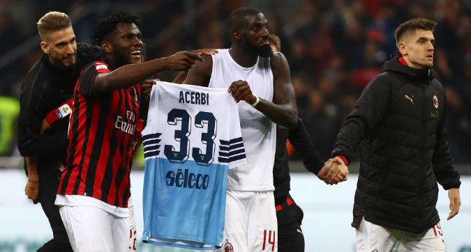 """Milan, la """"vendetta"""" di Bakayoko: mostra la maglia di Acerbi come trofeo"""