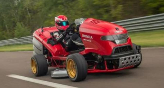 Il tosaerba più veloce al mondo: è record