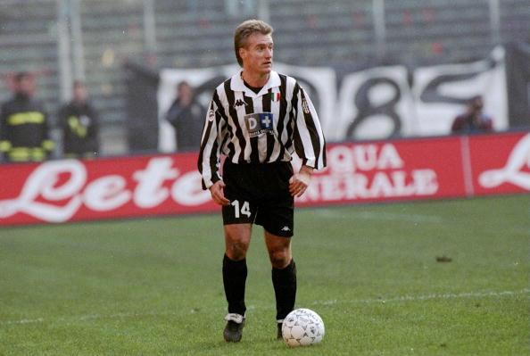 DIDIER DESCHAMPS E LA JUVE - Arrivò alla Juve nel 1994 in scadenza di contratto dall'Oympique Marsiglia. All'epoca esistevano ancora gli indennizzi da pagare al club di provenienza, che incassò circa 3 miliardi di lire. In maglia bianconera giocò 5 stagioni conquistando 3 scudetti, 1 Coppa Italia, 2 Supercoppe italiane, 1 Champions League, 1 Coppa Intercontinentale e 1 Supercoppa Uefa. Ha allenato la Juventus nel 2006-07 in serie B stravincendo il campionato.