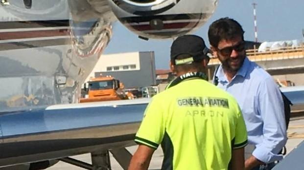 10 luglio - Un addetto dell'aeroporto di Pisa fotografa Andrea Agnelli. Direzione: Grecia da Cristiano Ronaldo.