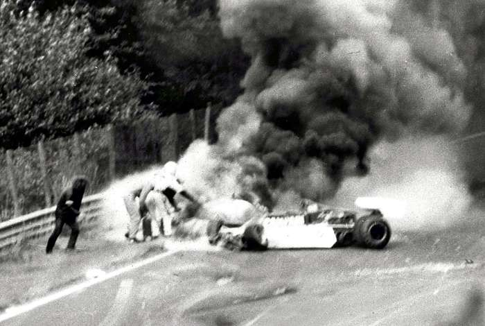 F1: Niki Lauda salvato dalle fiamme 40 anni fa