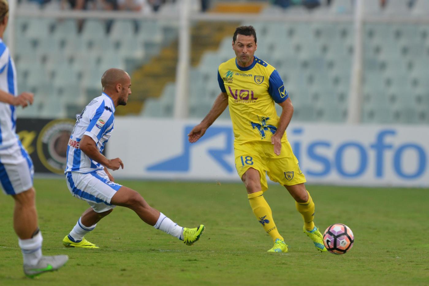 Nel primo anticipo della 7a giornata di Serie A, il Chievo batte 2-0 il Pescara e vola al terzo posto in classifica alle spalle di Juve e Napoli. Il match è equilibrato per lunghi tratti e viene deciso nel finale da Meggiorini e Inglese, ai primi gol in campionato: il primo sblocca il match al 76' ben imbeccato da Birsa, il compagno di reparto la chiude all'80' in contropiede. Gli abruzzesi rimandano l'appuntamento con la prima vittoria sul campo.