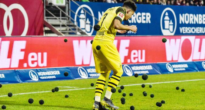 Bundesliga, i tifosi del Norimberga protestano: palline da tennis in campo