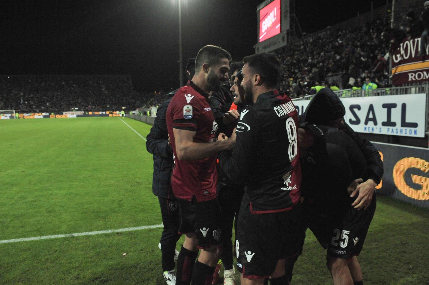 Un gol di Sau, al 95', gela la Roma quando ormai i tre punti sembravano cosa fatta. A Cagliari i giallorossi pareggiano 2-2 una partita buttata via nel finale. Nel primo tempo i giallorossi vanno in vantaggio 2-0 grazie a Cristante (14') e Cerri (41'), poi Ionita accorcia le distanze all'84' prima della doppia espulsione di Srna e Ceppitelli per proteste (93'). A pochi secondi dal termine, poi, l'attaccante sardo beffa Di Francesco.