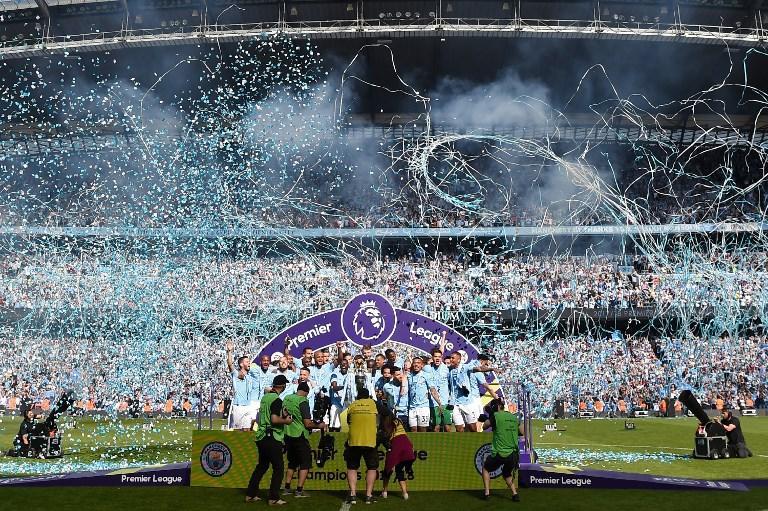 Festa a Manchester con la consegna del trofeo: Guardiola il più celebrato.