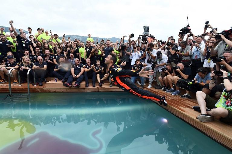 Ricciardo si butta in piscina per festeggiare il successo nel GP di Montecarlo (27 maggio)