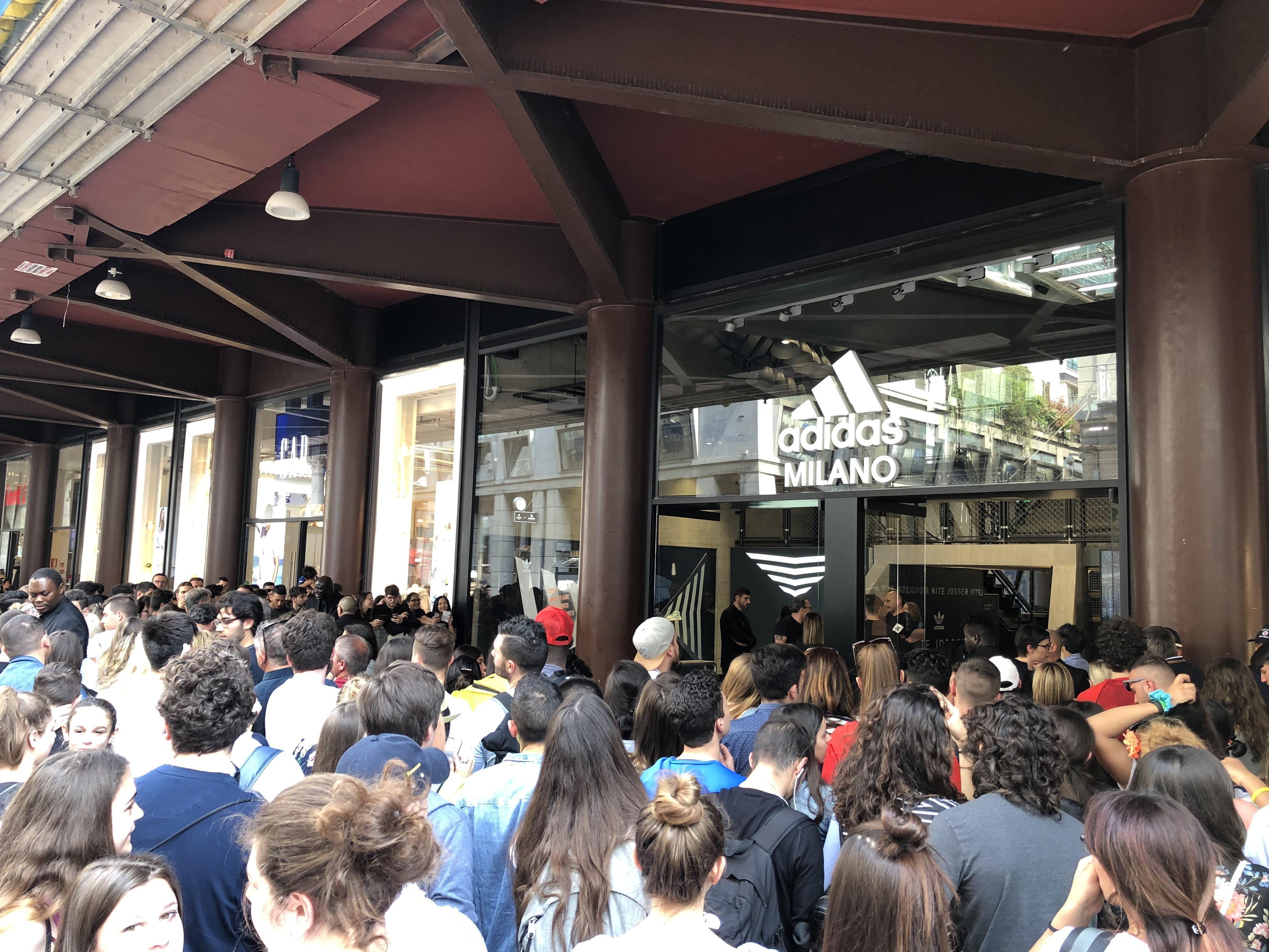 Oltre mille persone davanti allo store adidas di Milano per incontrare Dybala e Bentancur. I due juventini hanno firmato autografi e scattato foto con...