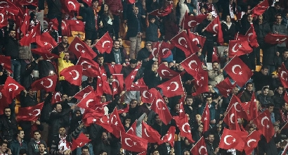 Follia Turchia-Grecia: nel minuto di silenzio grida per Allah