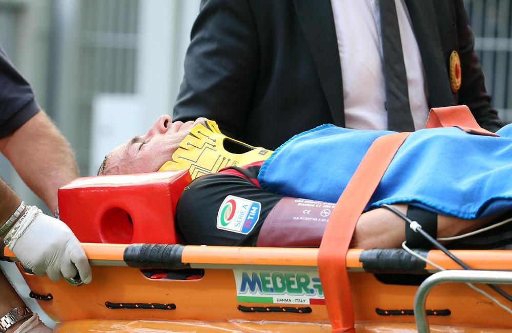 Milan-Udinese, Antonelli esce in barella per un colpo alla testa: le foto