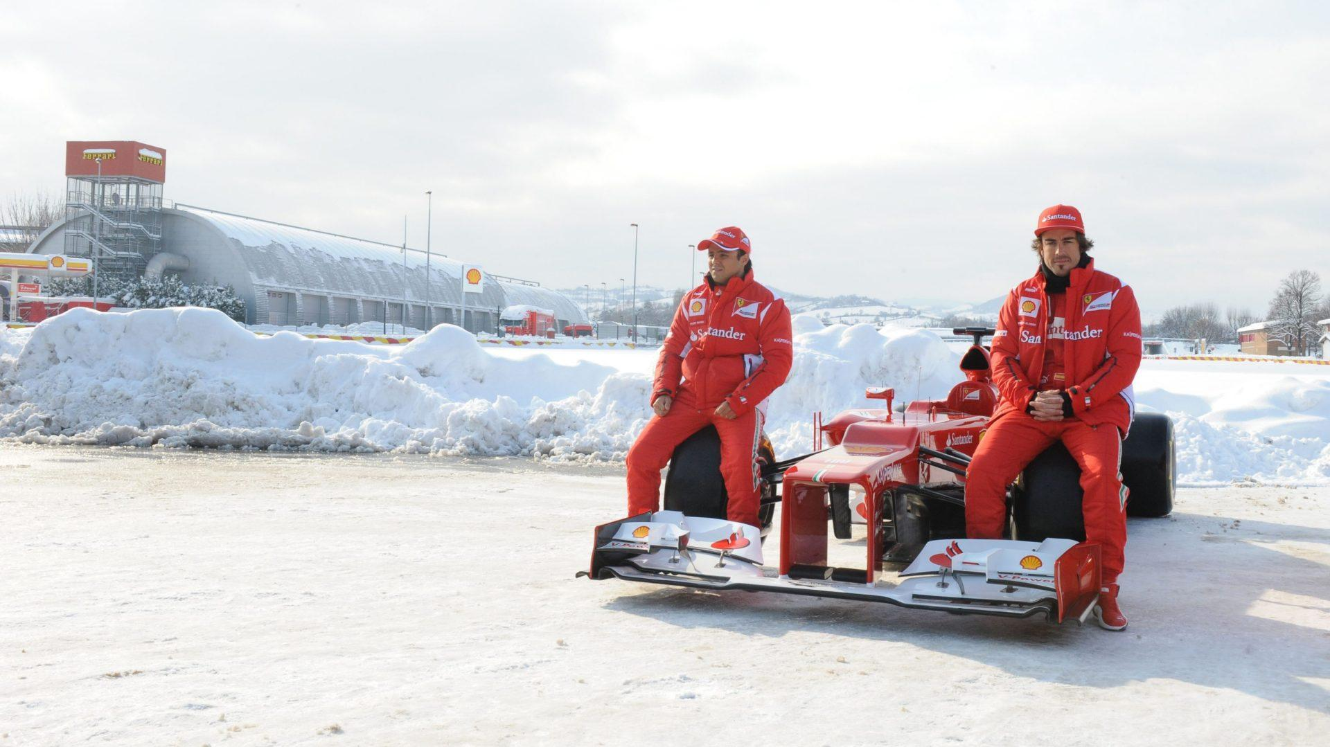 Febbraio 2012. Fernando Alonso e Felipe Massa in posta a Maranello imbiancato dalla neve.