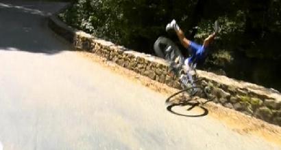 Tour de France, paurosa caduta di Gilbert: vola oltre un muretto. Poi si rialza e riparte