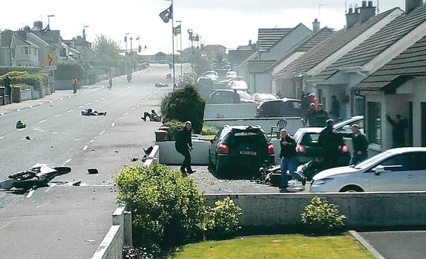 Attimi di terrore alla North West 200, una delle più famose e pericolose corse motociclistiche su strada che si svolge in Irlanda del Nord, non lontano da Belfast. Durante la gara della Superstock 1000, infatti, Dean Harrison è caduto, coinvolgendo anche altri due piloti che lo stavano seguendo. La sfortuna ha però voluto che uno di questi mezzi è andato a finire nel giardino di una casa a bordo strada, colpendo una donna che stava assistendo alla corsa. La 44enne è stata ricoverata in gravi condizioni, ma non è in pericolo di vita.