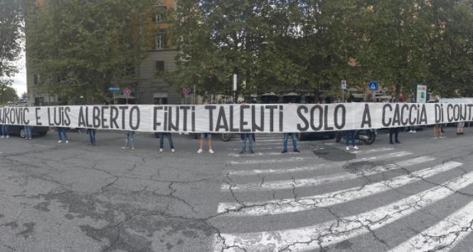 """Lazio, striscione contro Luis Alberto e Milinkovic-Savic: """"Finti talenti a caccia di contanti"""""""