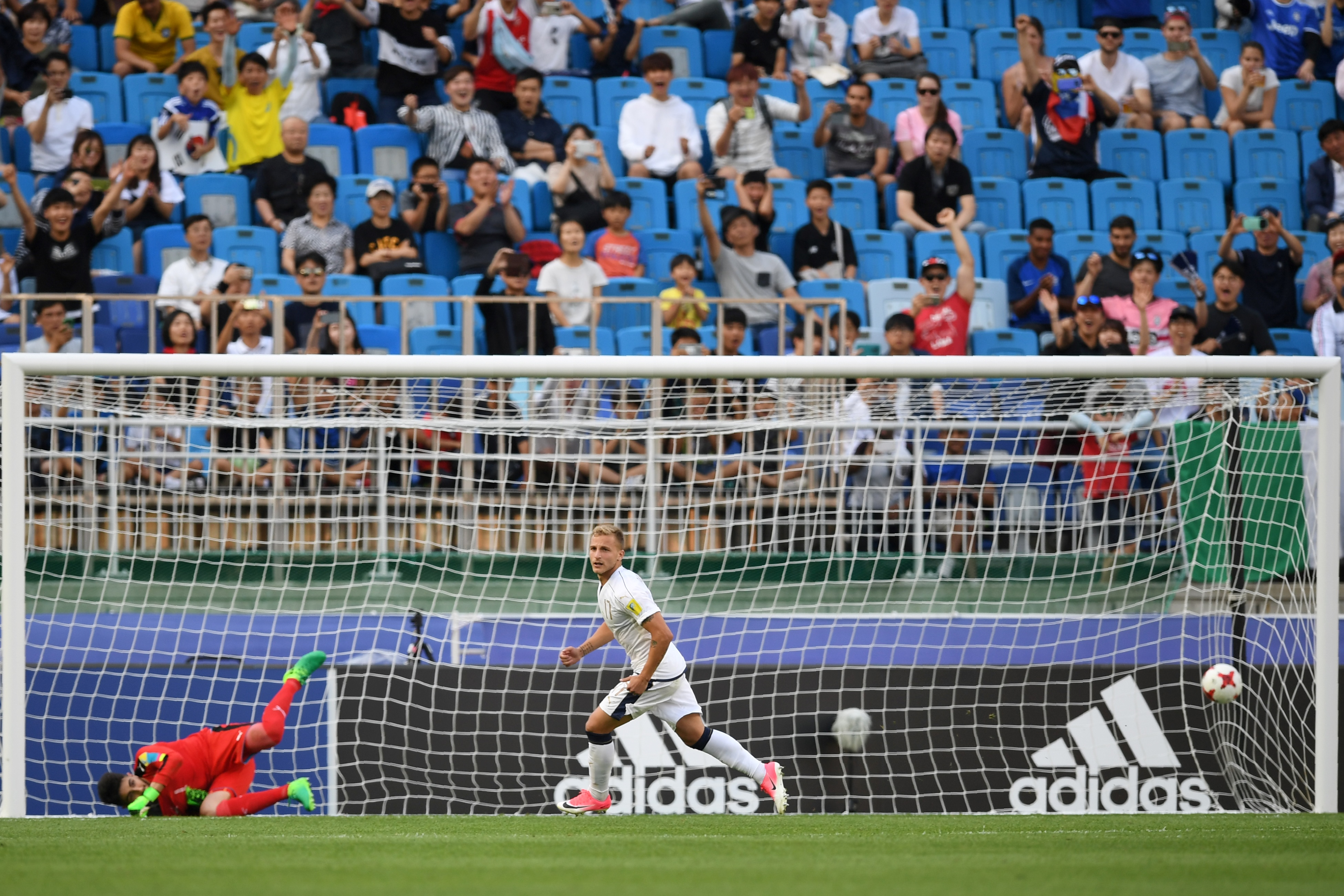 L'Italia festeggia il terzo posto nel Mondiale Under 20. Gli Azzurrini di Evani superano l'Uruguay ai calci di rigore nella finale per il terzo ed il quarto posto a Suwon, in Corea del Sud. Dopo lo 0-0 nei tempi regolamentari, si passa subito ai tiri dal dischetto dove Plizzari neutralizza i tentativi di Amaral e Boselli. Sono perfetti, invece, Vido, Marchizza, Mandragora e Panico che consegnano all'Italia il suo miglior risultato di sempre.