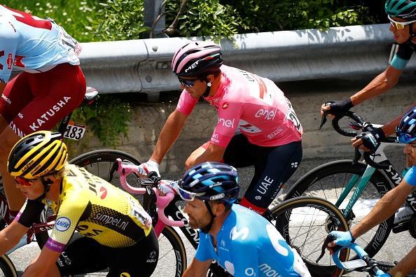 Richard Carapaz si è preso tappa e maglia rosa al Giro d'Italia, vincendo in solitaria sul traguardo di Courmayeur.