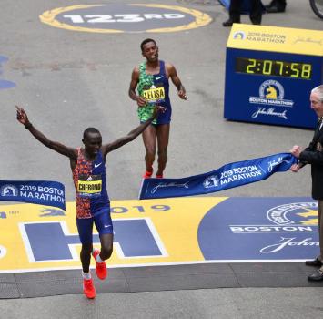 Un finale in volata: Cherono si prende la maratona di Boston allo sprint