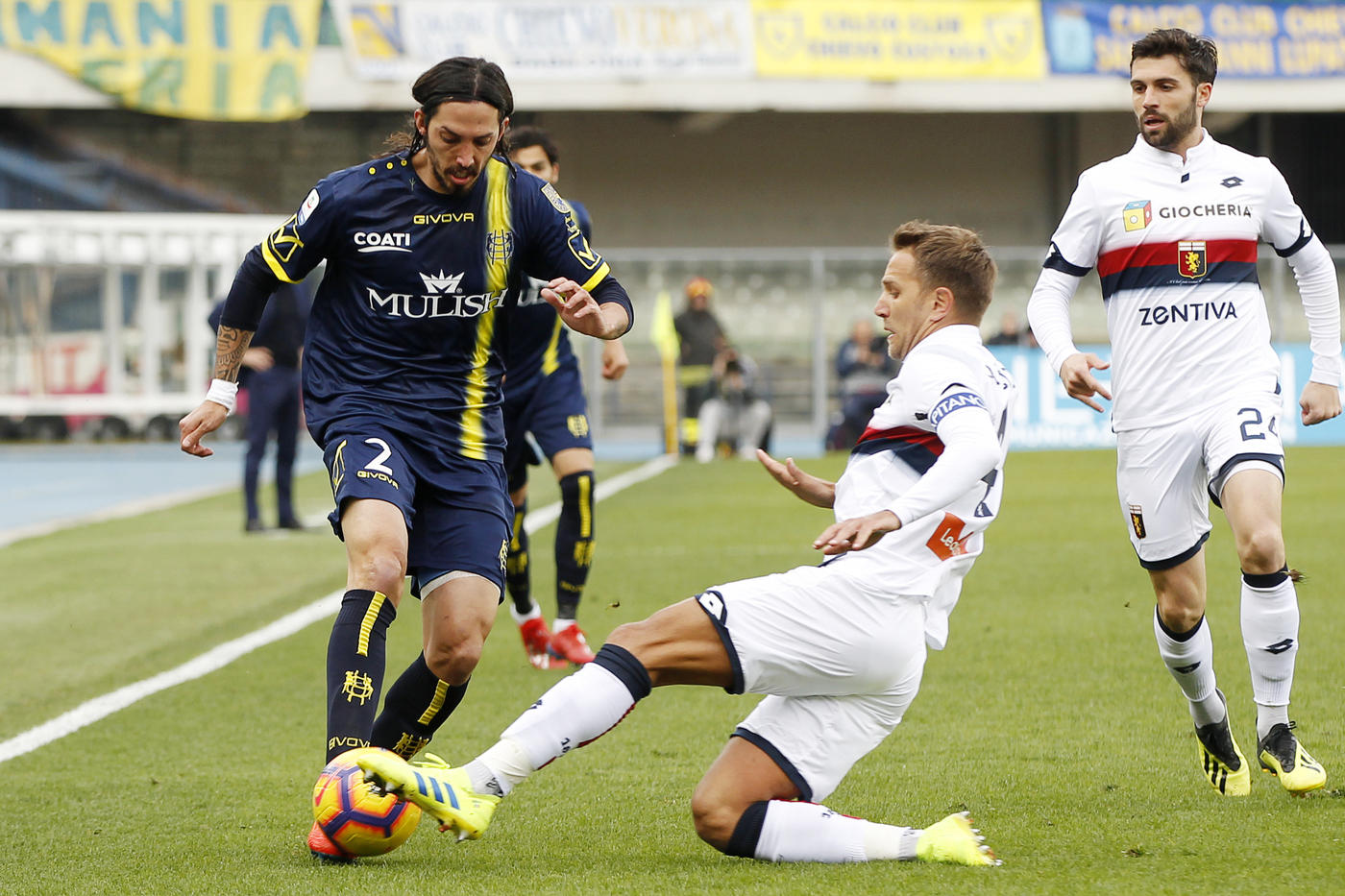 Finisce senza reti e senza emozioni la sfida del Bentegodi in Serie A tra Chievo Verona e Genoa. Lo 0-0 interno suona quasi come una condanna per i gialloblù di Di Carlo, sempre in ultima posizione con soli 10 punti e a -11 dalla quota salvezza. Le uniche occasioni del Chievo sono due punizioni di Kiyine, mentre Kouamé ha sfiorato il gol di testa per il Genoa. Con questo punto il Grifone sale a quota 29 punti in classifica.