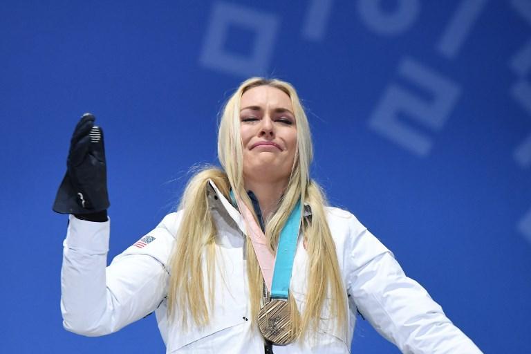 Lindsey Vonn piange stringendo la medaglia di bronzo dopo la discesa di sci alle Olimpiadi di Pyeongchang (21 febbraio)