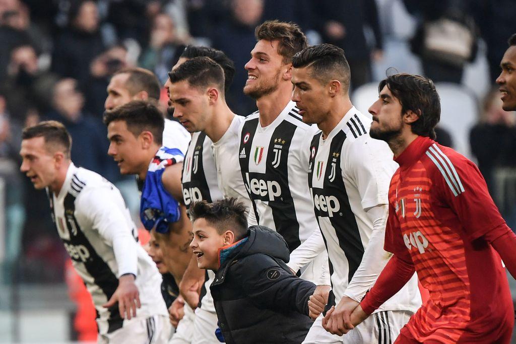 Juventus-Sampdoria: due piccoli tifosi si uniscono ai festeggiamenti in campo dei bianconeri