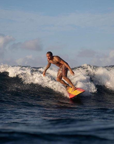 Dal surf, al gol e alle moto: Hamilton il poliedrico