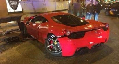 Ferrari 458 si schianta, il conducente l'abbandona in centro a Madrid
