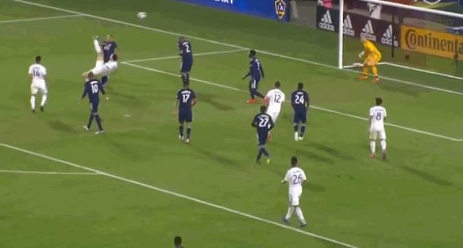 Ibrahimovic, altra magia: la rovesciata è da applausi