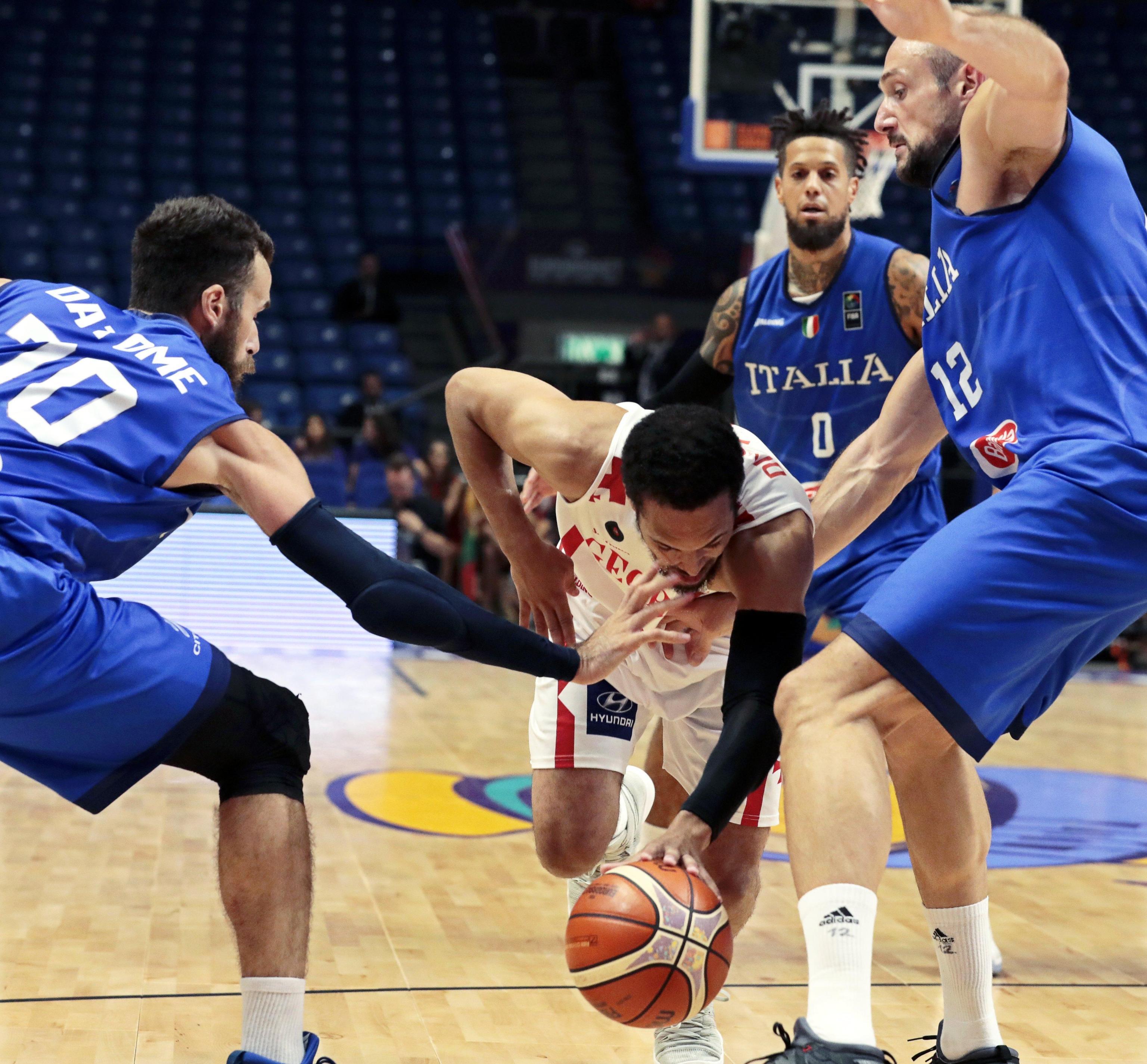 Agli Europei di basket l'Italia chiude la fase a gironi al terzo posto battendo la Georgia 71-69: decisiva negli ultimi secondi una stoppata in difesa di Datome. A Istanbul agli ottavi gli azzurri di Messina sfideranno la Finlandia.