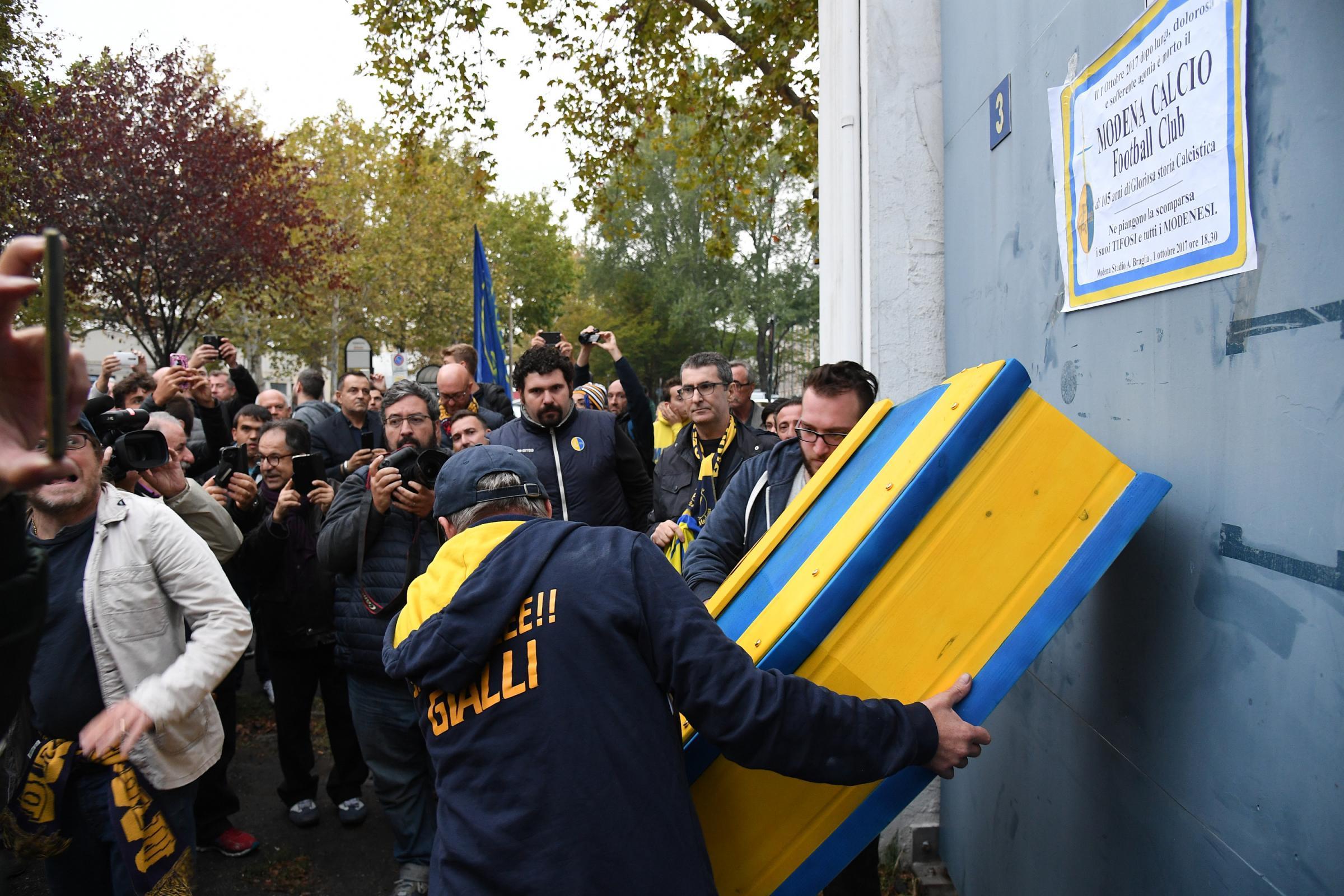 Modena, i tifosi fanno il funerale ai gialloblù