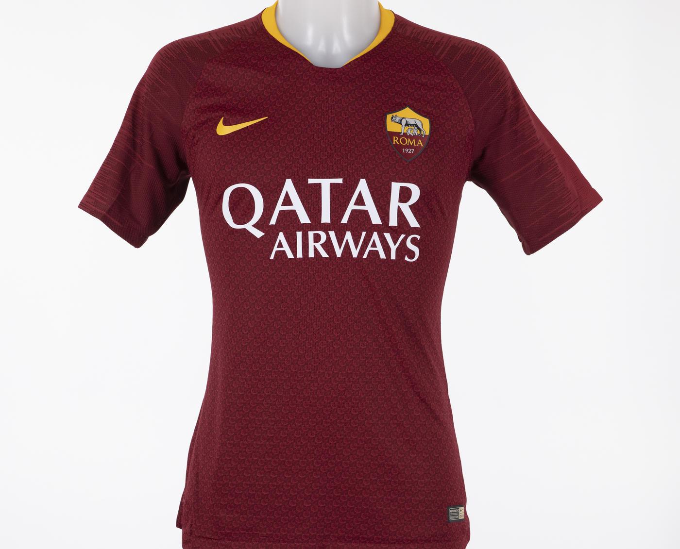 Roma, ecco la nuova maglia: l'armatura sulla pelle