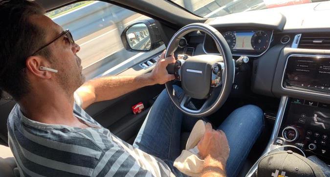 Buffon furbetto al volante: viaggia a 155 km/h senza cintura. Il popolo social non lo perdona