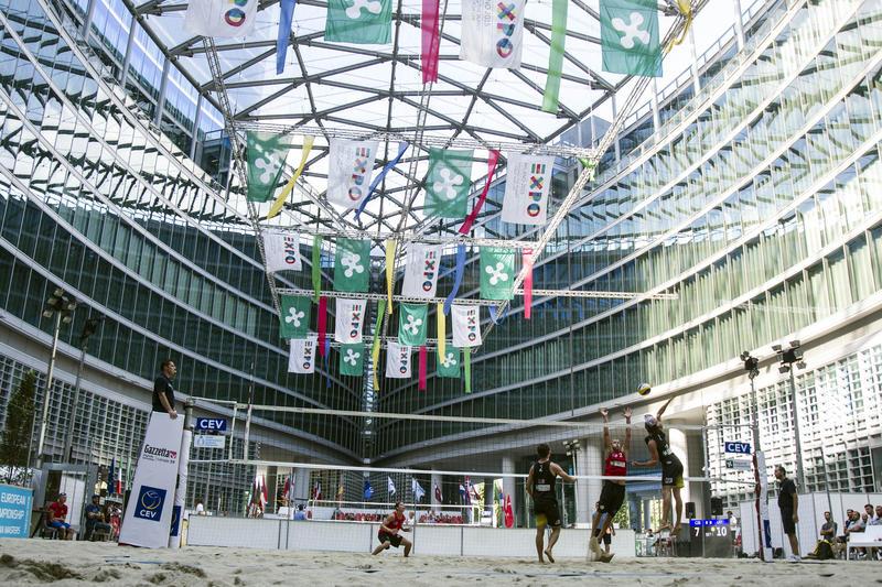 Il CEV Beach Volleyball European Championship Masters sbarca a Milano. Due campi sono stati allestiti nella piazza antistante Palazzo Lombardia, sede della Regione.<br /><br />