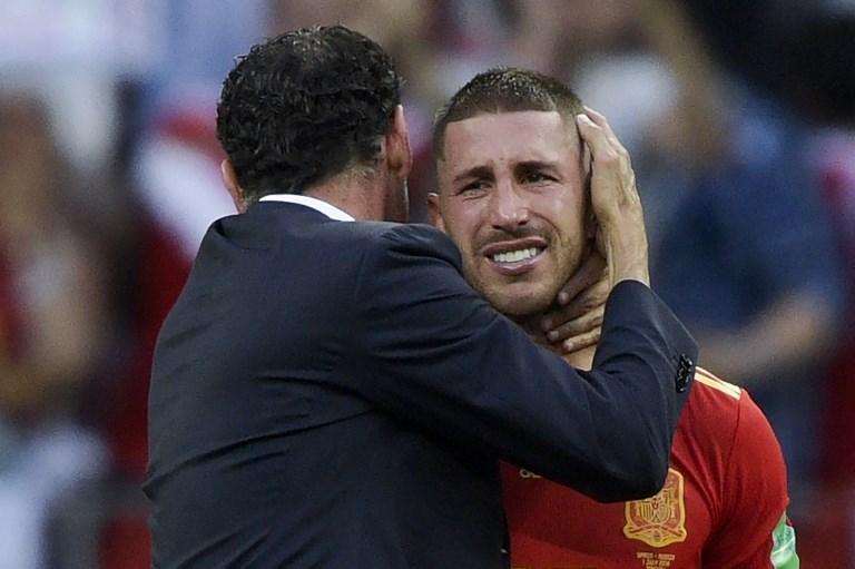 Il ct Hierro consola Sergio Ramos dopo l'eliminazione della Spagna dai Mondiali (1 luglio)
