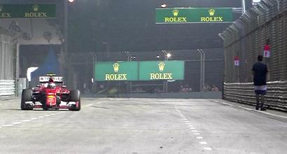 L'invasore di pista lungo il tracciato del GP di Singapore, IPP, Foto IPP