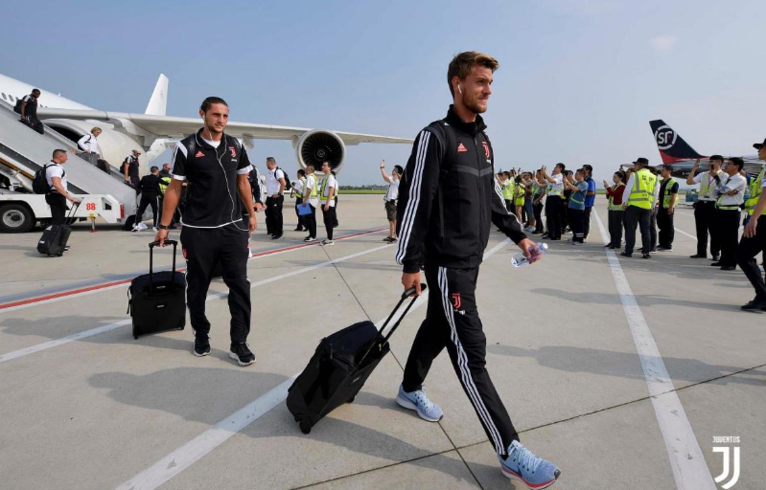 La Juve è arrivata a Nanchino, in Cina, dopo circa cinque ore di volo da Singapore. I bianconeri, reduci dalla sconfitta contro il Tottenham, p...