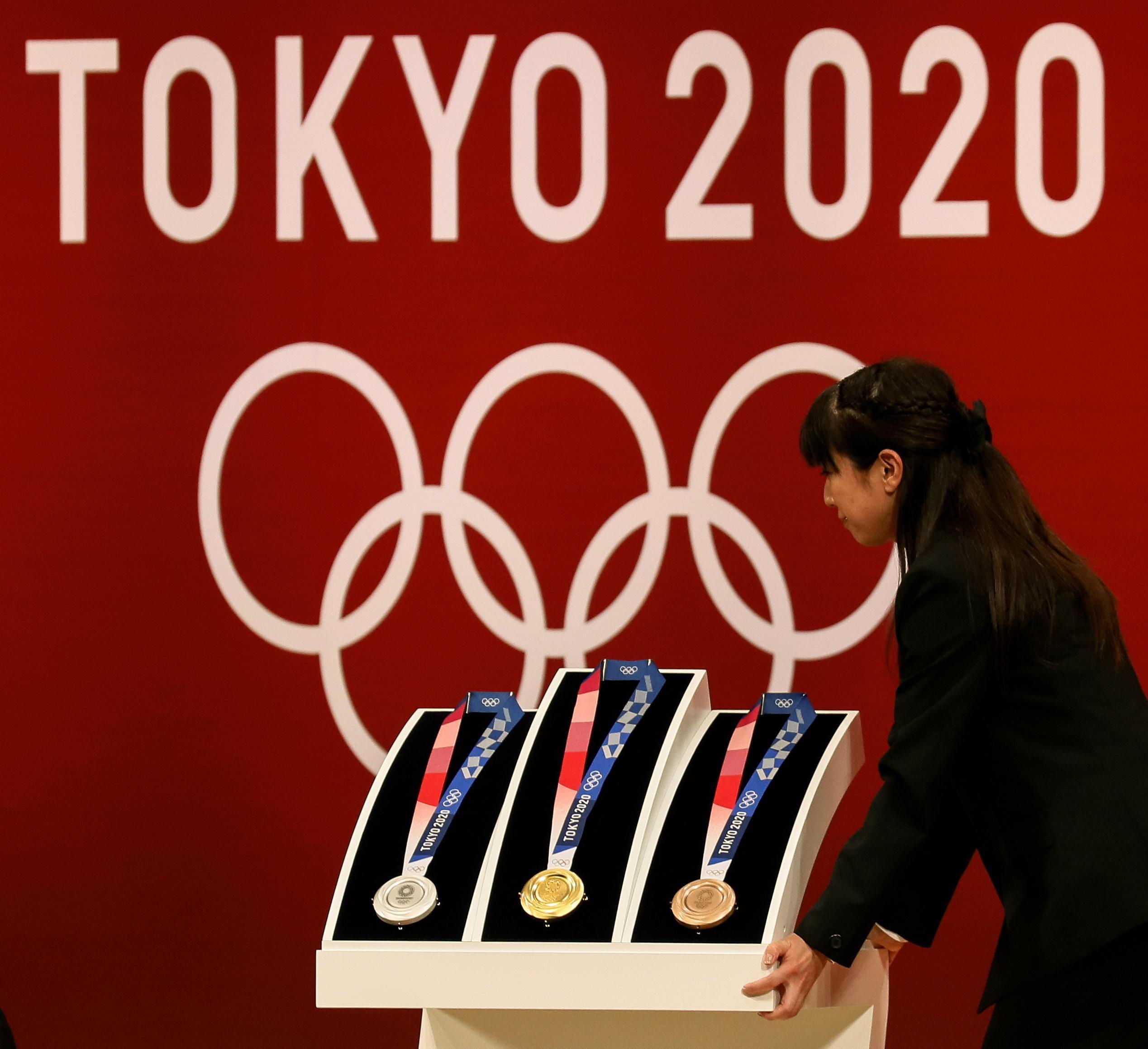 A Tokyo sono state presentate ufficialmente le medaglie per le Olimpiadi del<br /> 2020 a un anno esatto dal via dei Giochi. Sono state progettate per riflettere l&quot;energia&#39; degli atleti e saranno realizzate con materiali riciclati raccolti da vecchi dispositivi elettronici. Secondo gli organizzatori l&#39;obiettivo di queste medaglie &egrave;&nbsp;di &quot;assomigliare a pietre grezze che sono state lucidate e che ora brillano&quot;. I premi in oro, argento e bronzo hanno ciascuno una superficie ruvida, quasi meringata sull&#39;anello esterno, che circonda un centro liscio e brillante.<br /> &nbsp;<br /><br />