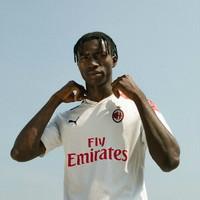 Bianca con inserti rossi e neri, il Milan ha presentato la seconda maglia a Boston: vuole richiamare le finali vinte in Europa e nel mondo