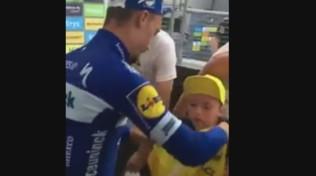 Ciclismo, Alaphilippe regala la maglia gialla a un bimbo infreddolito