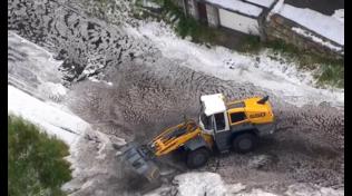 Tour de France: tappa neutralizzata causa grandine e neve, Bernal nuova maglia gialla