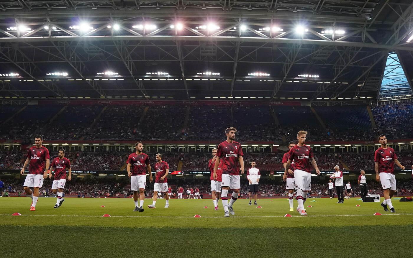 Il Milan brilla a Cardiff, ritrova il gol perduto nella tournée statunitense e viene sconfitto solo ai rigori dal Manchester United nell'ul...