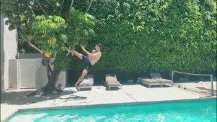 Ibrahimovic, colpo di karate a bordo piscina