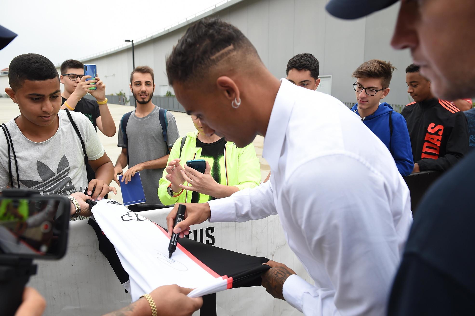 Primo giorno da giocatore della Juve per Danilo. L'esterno destro, arrivato a Torino dal Manchester City nell'ambito dell'operazione Cance...