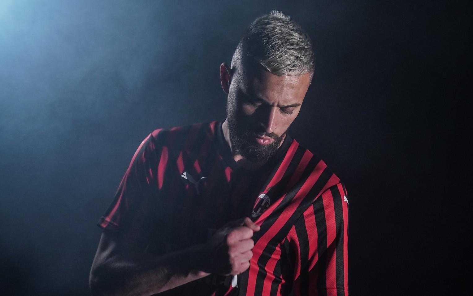 Arriva l&#39;annuncio ufficiale per&nbsp;Leo Duarte, che il&nbsp;Milan&nbsp;ha acquistato dal Flamengo per circa 11 milioni di euro. Il difensore brasiliano ha firmato per cinque anni: &quot;Sar&agrave; il 36&deg; calciatore brasiliano a vestire la maglia rossonera, proseguendo cos&igrave; la tradizione verdeoro nella storia del Milan&quot;, si legge nel comunicato.<br /><br />