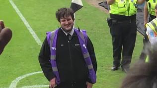 Lo steward è il sosia di Maguire, i tifosi impazziscono