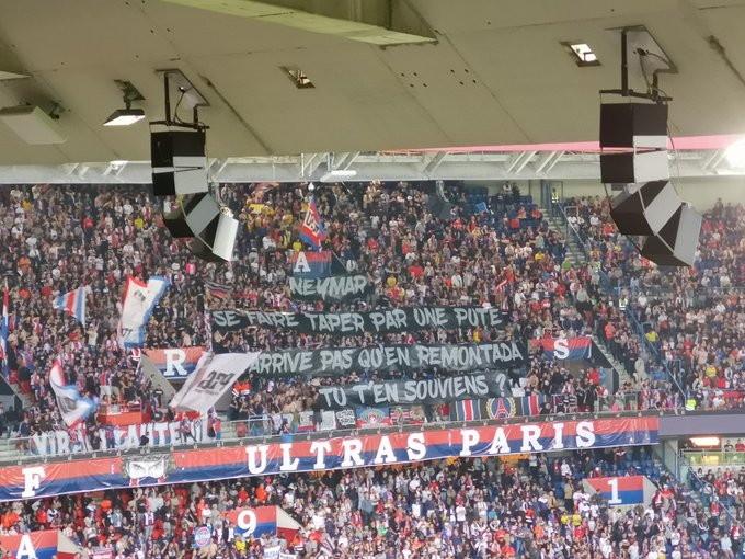 Il brasiliano è destinato a lasciare Parigi e all'esordio stagionale i tifosi francesi non l'hanno perdonato. Tra cori offensivi e uno ...